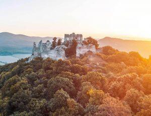 Letecká panoramatická fotografia dronom na hrade Gýmeš